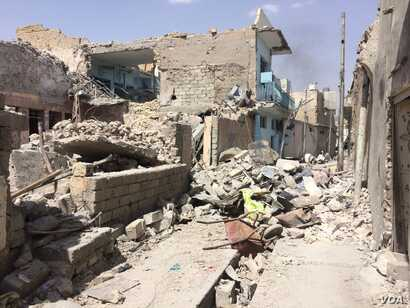 Old Mosul, IS's last stronghold in the city has narrow streets and old  buildings, forcing soldiers to fight IS on foot and making airstrikes more deadly than ever on June 23, 2017 in Mosul, Iraq. (H.Murdock/VOA)