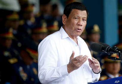 Philippines President Rodrigo Duterte gestures while addressing police force to mark the 117th Philippine National Police Service anniversary at Camp Crame in Quezon city northeast of Manila, Aug. 8, 2018.