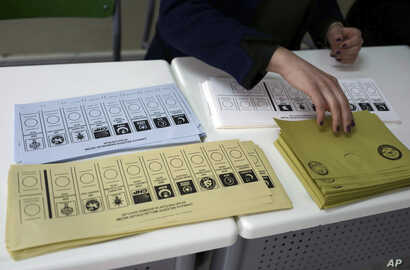 An official prepares ballot voting papers with names of political parties at a polling station during the municipal elections, in Ankara, Turkey, March 31, 2019.