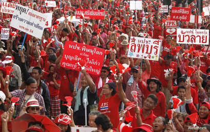"""Members of the pro-government """"red shirt"""" group take part in a rally in Nakhon Pathom province, on the outskirts of Bangkok, May 11, 2014."""
