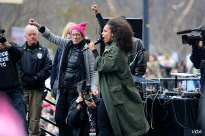 Alicia Keys makes a surprise appearance at the Women's March on Washington. January 21, 2017 (B. Allen / VOA)