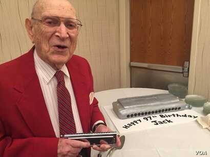Jack Perkins with his harmonica cake as he turned 97 years old at the Virginia Harmonica Fest. (C/ Presutti/VOA)
