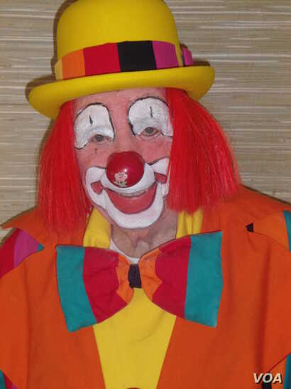 """Floyd """"Creeky"""" Creekmore, 95, is recognized as the world's oldest performing clown by the Guinness Book of World Records as the world's oldest performing clown. (J. Kent/VOA)"""