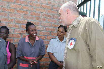 Thomas Merkelbach, the head the International Committee of the Red Cross in Zimbabwe, talks with some of the inmates at Mlondolozi Prison, about 500 km southwest of Harare, March 2017. (S. Mhofu/VOA)