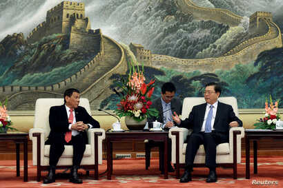 Philippines President Rodrigo Duterte (L) and Zhang Dejiang, Chairman of the Standing Committee of the National People's Congress of China hold a meeting at the Great Hall of the People in Beijing, Oct. 20 2016.