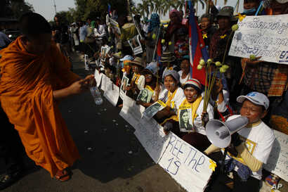 Villagers from the Boeung Kak lake community shout slogans during a protest rally in front of Appeals Court in Phnom Penh, Cambodia, Jan. 22, 2015.