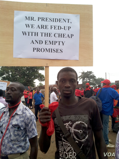 A Ghanaian worker at a protest march organized by the Trades Union Congress of Ghana, Accra, Ghana, 24th July 2014. (Joana Mantey/VOA News)