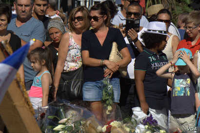 Memorials along the route terrorized Thursday night in Nice, France, drew hundreds of people, all day and into the night, July 16, 2016. (H. Murdock/VOA)