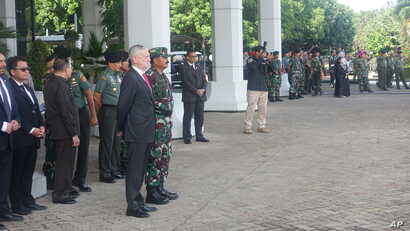 US Defense Secretary Jim Mattis observes an Indonesian special forces counterterrorism demonstration at the Indonesian Armed Forces Headquarters in Jakarta, Indonesia, Jan. 24, 2018. (Photo: B. Gallo / VOA)