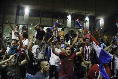 Protesters chant slogans against presidential re-elections outside the congress building, in Asuncion, Paraguay, March 31, 2017.