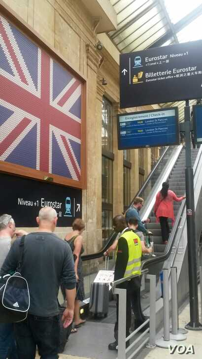 Passengers are seen heading to board the London-bound Eurostar in the Gare du Nord in Paris, one of many ties that bind Britain to France. (L. Bryant/VOA)