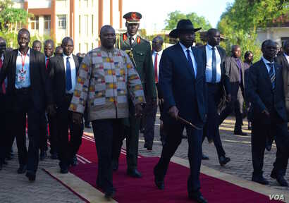 South Sudanese President Salva Kiir (R) and First Vice President Riek Machar (L) walk together at the presidential palace in Juba on April 26, 2016. (J. Patinkin/VOA)