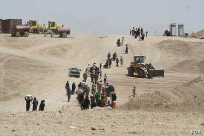 Officials say 100,000 people may be trapped inside Mosul's Old City and thousands flee for desert refugee camps daily, taken on June 15, 2017 near Hammam Alil, Iraq. (H.Murdock/VOA)