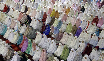 Muslim women perform an evening prayer called 'tarawih' marking the first eve of the holy fasting month of Ramadan, at Istiqlal Mosque in Jakarta, Indonesia, June 5, 2016.