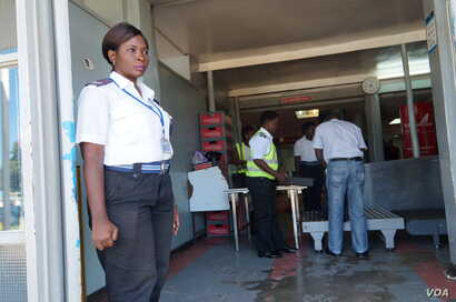 Women security officers were working the airport's entrance while passengers were having their luggage checked, at Chileka International Airport in Blantyre, Malawi, March 16, 2017. (L. Masina/VOA)