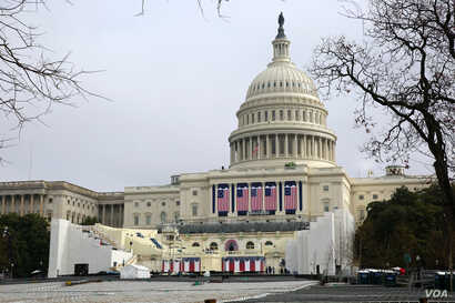 Last minute preparations are underway on the west side of the U.S. Capitol, ahead of Friday's inauguration ceremonies for President-Elect Donald Trump. January 17, 2017 (B. Allen / VOA)