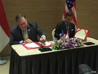 U.S. Secretary of State Mike Pompeo with Singapore's Foreign Minister Vivian Balakrishnan, signing a Memorandum of Understanding, Aug. 4, 2018 at the Eighth East Asia Summit Foreign Ministers' Meeting in Singapore, Aug. 4, 2018.