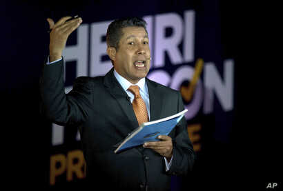 Venezuelan independent presidential candidate Henri Falcon makes public his proposed government program at a news conference in Caracas, April 23, 2018.