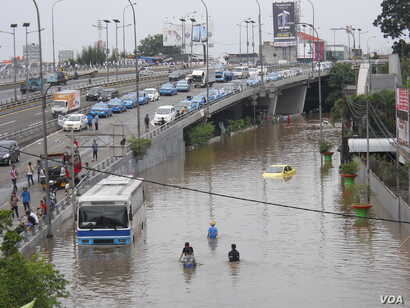 Flooding has caused roads to become impassable and thousands have been displaced even before the peak rainy season begins, Jakarta, Indonesia, Feb. 10, 2015. (A. Lala/VOA)