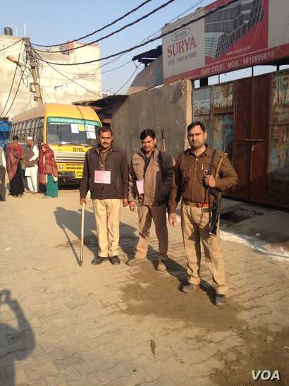 Police guard polling stations in Uttar Pradesh's Ghaziabad district. (A. Pasricha/VOA)