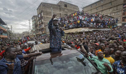 Kenyan opposition leader Raila Odinga gestures to thousands of supporters gathered in the Mathare area of Nairobi, Aug. 13, 2017.