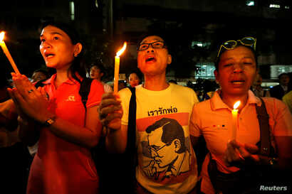 People mourn after an announcement that Thailand's King Bhumibol Adulyadej has died, at the Siriraj hospital in Bangkok, Thailand Oct. 13, 2016.