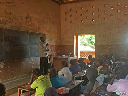 Students at Saint Francois Public School in Bangui couldn't attend this school for more than two years. The militias in the neighborhood recruited some young people and gave them guns. Now, after it re-opened, about 2,500 students are back in class...