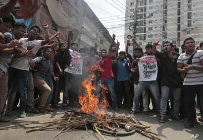 Bangladeshi students are seen protesting the murder of secular student activist Nazimuddin Samad as they call on police to find those responsible, in Dhaka, Bangladesh, April 7, 2016.