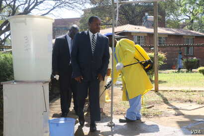 Zimbabwe's new health minister, Obadiah Moyo, arrives at Beatrice Infectious Diseases Hospital, where cholera patients are being treated, in Harare, Sept. 11, 2018. (C. Mavhunga/VOA)