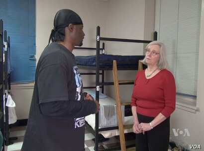 Pam Michell of New Hope Horizon talks with a shelter resident.