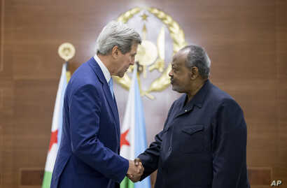U.S. Secretary of State John Kerry, left, and Djiboutian President Ismail Omar Guelleh shake hands at the Presidential Palace in Dijbouti, Dijbouti, May 6, 2015.