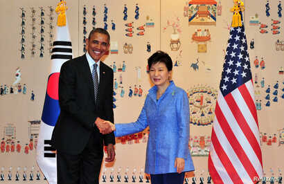 U.S. President Barack Obama (L) and South Korean President Park Geun-hye (R) pose for a photo during their meeting at the presidential Blue House in Seoul, April 25, 2014.