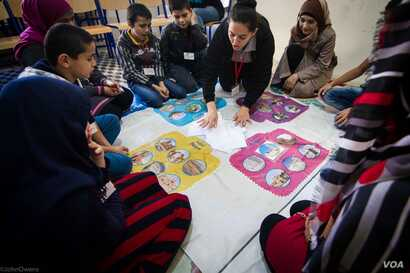 """Children playing games organized as part of the """"Syria in my Mind"""" project, which was set up by an NGO named Biladi, Dec. 3, 2015. (J. Owens/VOA)"""