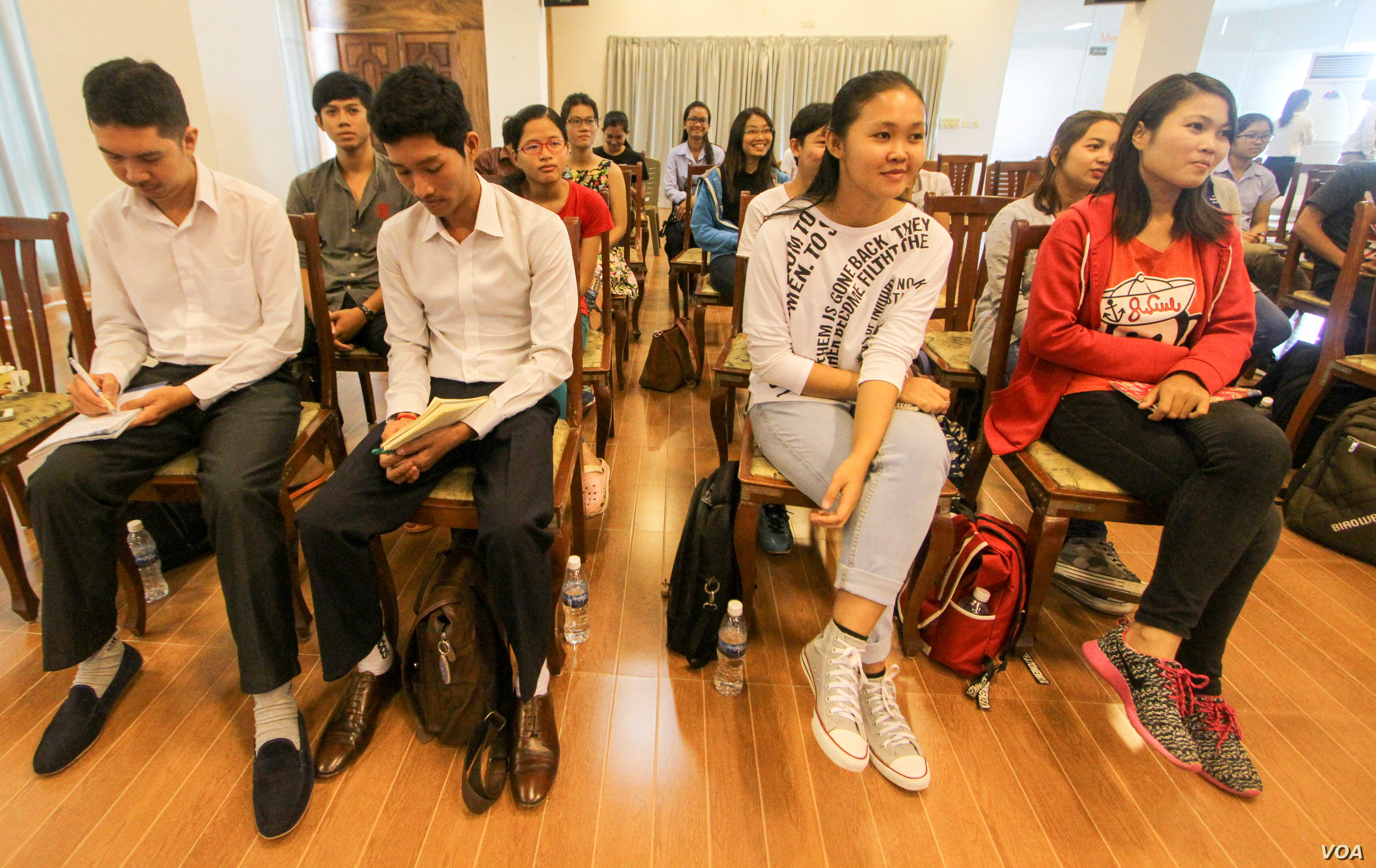 Over 60 youths participate in a workshop on anti-corruption issues on Thursday, June 30, 2016 in Phnom Penh. ( Leng Len/VOA Khmer)