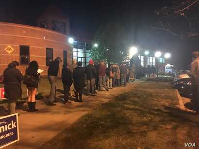 Voters in Alexandria, Virginia, just outside Washington DC, lineup before dawn to cast their vote on Election Day. (J. Randle/VOA)