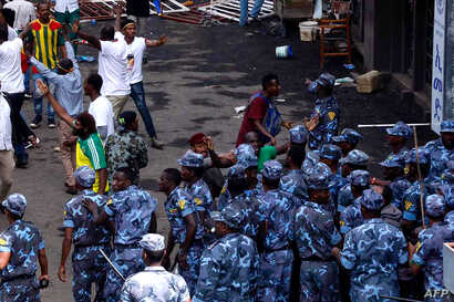 Ethiopian security forces intervene on Meskel Square in Addis Ababa, June 23, 2018, where a blast killed several people during a rally called by the Prime Minister Abiy Ahmed. A small blast sparked panic at the rally for Ethiopia's new prime ministe...