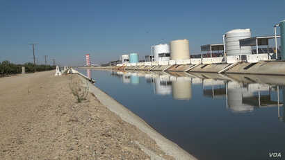 The Semitropic Water Storage District in Wasco, California, sends water back to the state water system in wet times to offset the pumping of groundwater in dry times. (Screen grab from video by M. O'Sullivan/VOA)
