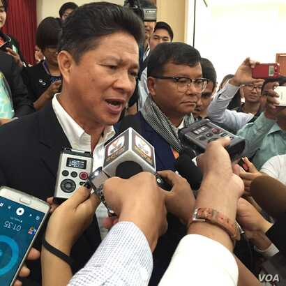 Sun Chanthol (left), currently a minister of commerce, talks to reporters about his committement to reform the Ministry of Public Work and Trasport, at the Institute of Technology of Cambodia, on Saturday, March 19, 2016. (Hul Reaksmey/VOA Khmer)