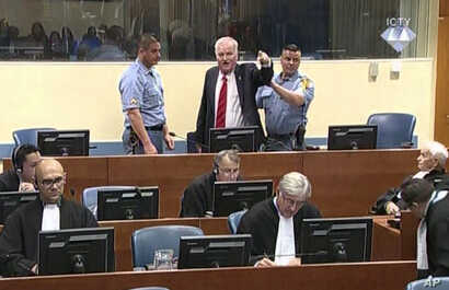 Bosnian Serb military chief Ratko Mladic during an angry outburst in the Yugoslav War Crimes Tribunal in The Hague, Netherlands, Nov. 22, 2017.  (ICTY via AP)
