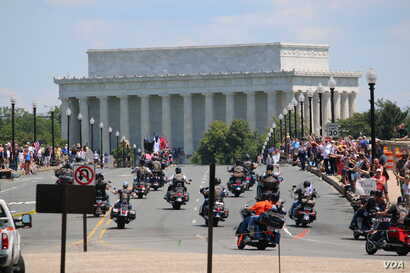 Participants drive toward the Lincoln Memorial during the Rolling Thunder 'Ride for Freedom' in Washington, May 25, 2014. (Brian Allen/VOA)