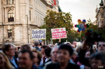 Opposition posters mock the government, saying it is not recognizing human rights in calling for the referendum against refugees, Sept. 30, 2016. (R. Karancsi/VOA / Képszerkesztőség)
