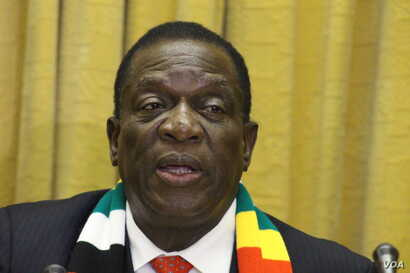 Zimbabwean President Emmerson Mnangagwa talks about the discovery of energy reserves along the country's border with Mozambique, at a press briefing Nov. 1, 2018, in Harare. (C. Mavhunga/VOA)