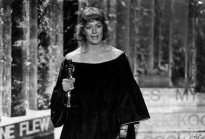 "FILE - Vanessa Redgrave holds the Oscar she won as best supporting actress for her role in the motion picture ""Julia,"" during her acceptance speech, at the Academy Awards show in Los Angeles, April 3, 1978."
