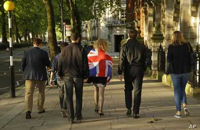 """Vote Leave supporters walk along a street in central London a day after """"Brexit"""" vote. June 24, 2016. (AP)"""