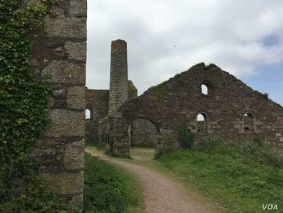Defunct tin mines dot the countryside in Cornwall, once a bastion of innovation and industry, but in recent decades one of Britain's most economically depressed regions. (L. Ramirez/VOA)