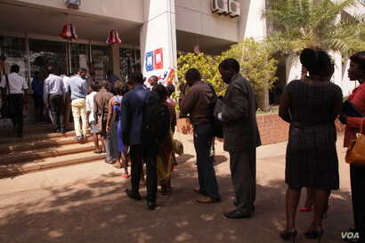 People line up to cast their ballots in the U.S. mock election at the U.S. Embassy in Lilongwe, Malawi, Nov. 8, 2016. (L. Masina/VOA)