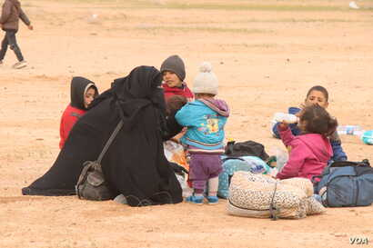 Neither aid organizations nor the military predicted the huge numbers of women and children to evacuate Baghuz in recent weeks, pictured near Baghuz on Feb. 26, 2019. (H.Murdock/VOA)