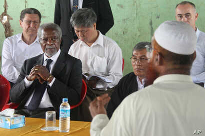FILE - Former United Nations Secretary-General Kofi Annan, second left, listens to a Rohingya religious and community leader in the Internally Displaced People's camps during a visit by the Rakhine Advisory Commission in Thetkabyin village, outside S...