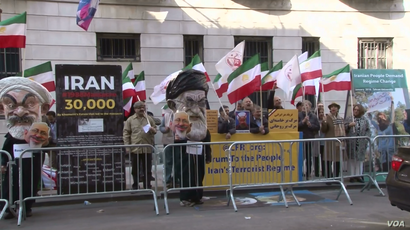 Supporters of the Organization of Iranian American Communities (OIAC) protest Iranian Foreign Minister Mohammad Javad Zarif's appearance at the Council on Foreign Relations in New York, April 23, 2018.