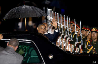 US President Barack Obama waves upon his arrival at Wattay International Airport in Vientiane, Laos, Sep 5, 2016.